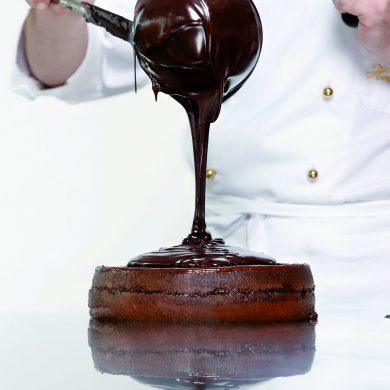 Hotelkoch fertigt einen Schokoladenkuchen