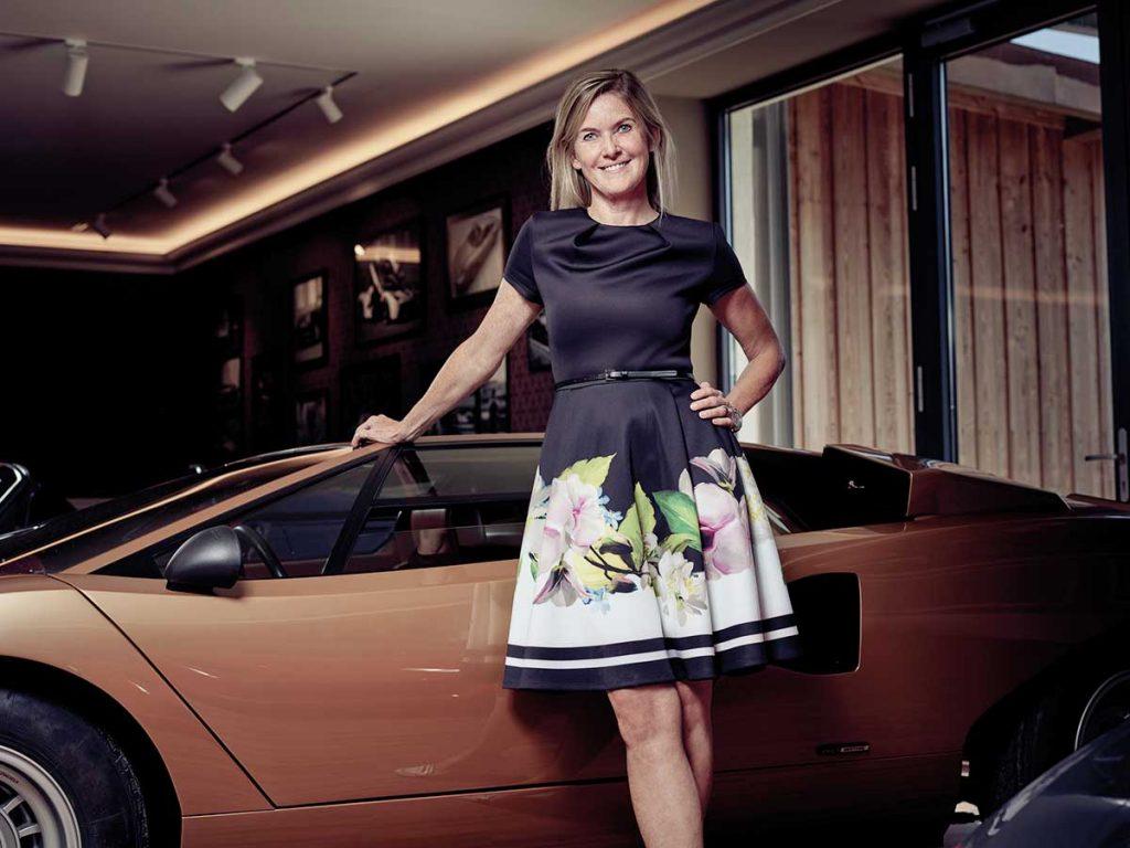 Susanne Aigner vor einem Luxusauto