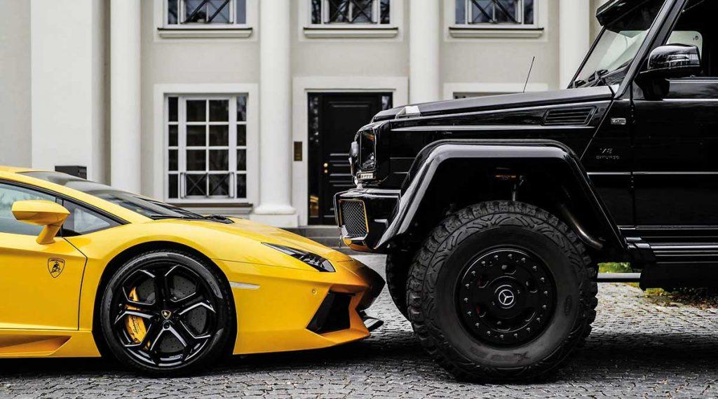 gelber Lamborghini und schwarzer Mercedes