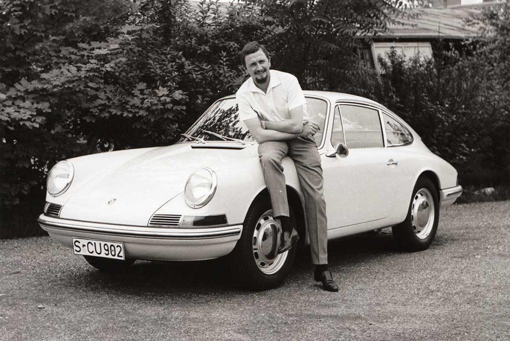 Ferdinand Alexander vor einem Porsche 901. Die Aufnahme ist von 1963, dem Jahr, in dem  der 911er auf den Markt kam.