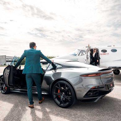 Luxusfahrzeug vor gelandetem Privatjet