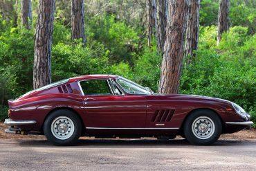 Oldtimer Ferrari in Weinrot
