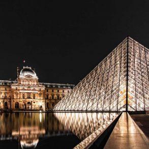 Louvre in Paris bei Nacht
