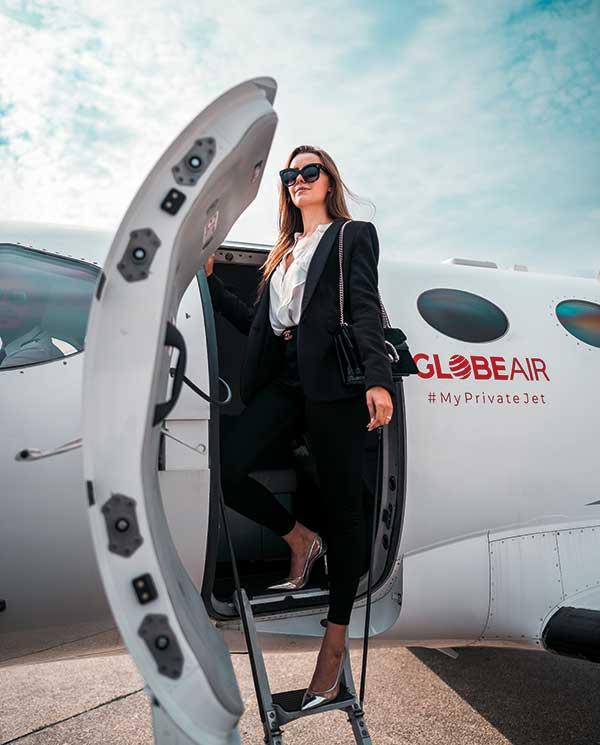 Businessfrau am GlobeAir Jet