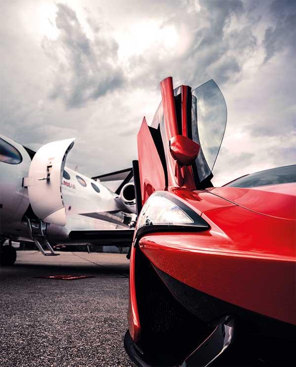 Luxusauto vor GlobeAir Jet