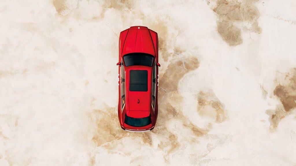 Roter Rolls Royce Cullinan von oben
