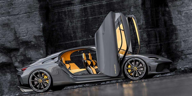 Koenigsegg Gemera von der Seite mit geöffneten Türen