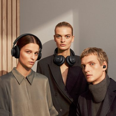 Drei junge Erwachsene mit Bang & Olufsen Kopfhörern