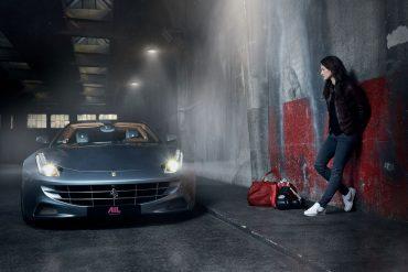 Marie Lang neben einem Sportwagen von Ferrari