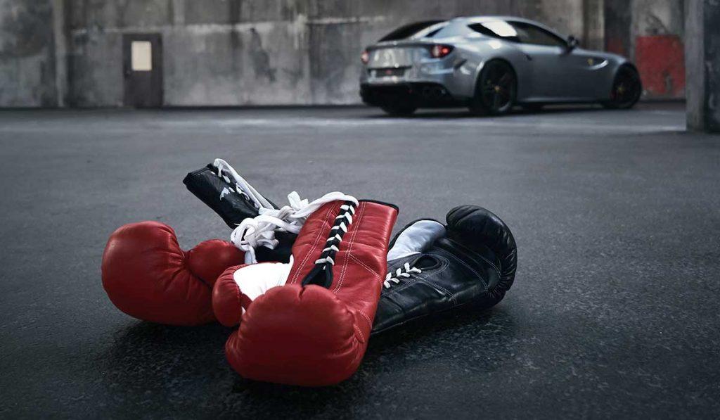 Boxhandschuhe von Marie Lang vor einem Ferrari