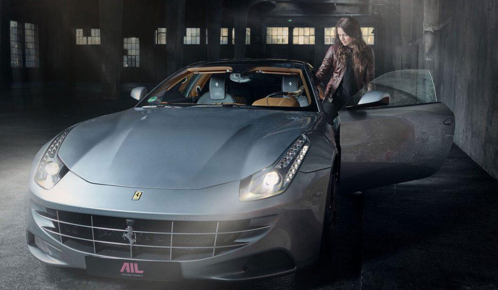 Marie Lang steigt in Ferrari ein