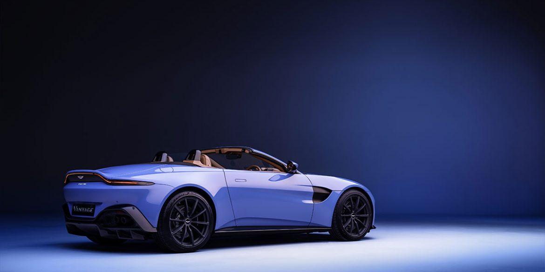 blaues Cabrio Aston Martin Vantage seitlich