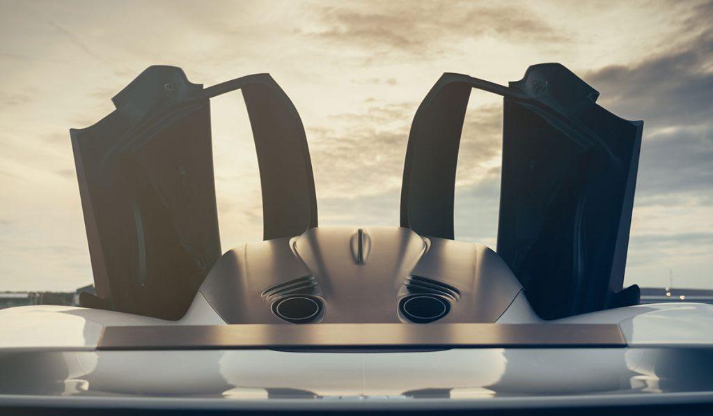 Aston Martin Valhalla von hinten mit geöffneten Flügeltüren