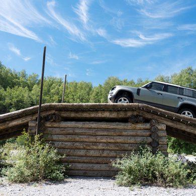 Land Rover Defender 2020 auf einer Geländefahrt