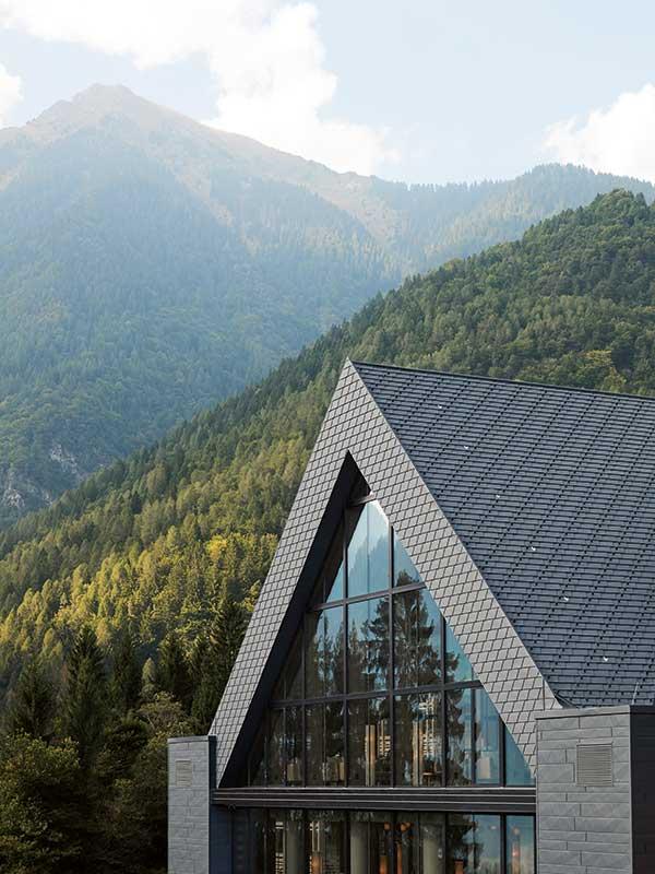 Lefay Resort von außen mit Bergen im Hintergrund