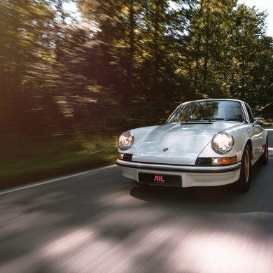 fahrender Porsche Carrera 911 2.7 RS Touring auf der Straße