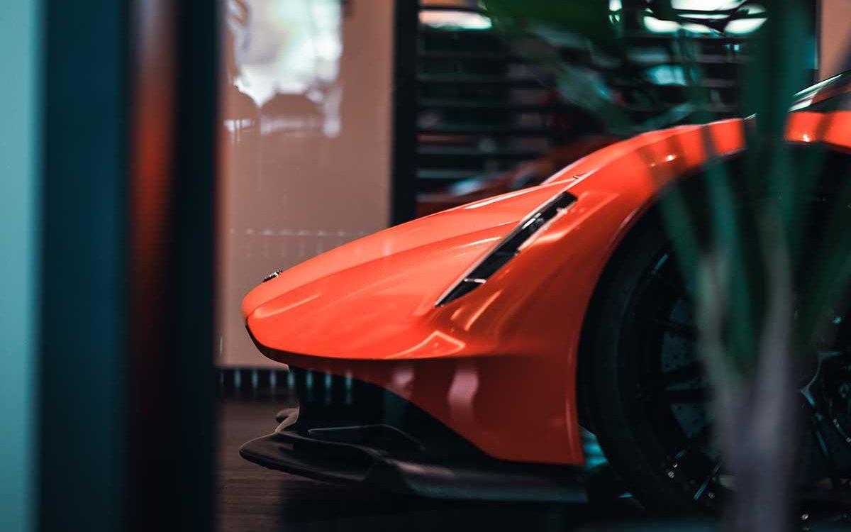 roter Aston Martin Valhalla seitlich ins Bild ragend