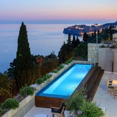Beleuchteter Pool einer Luxusvilla Dalmatiens