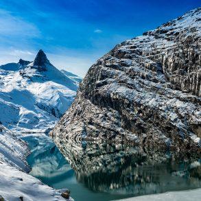 Schneebedeckte Berglandschaft in Vals, Schweiz