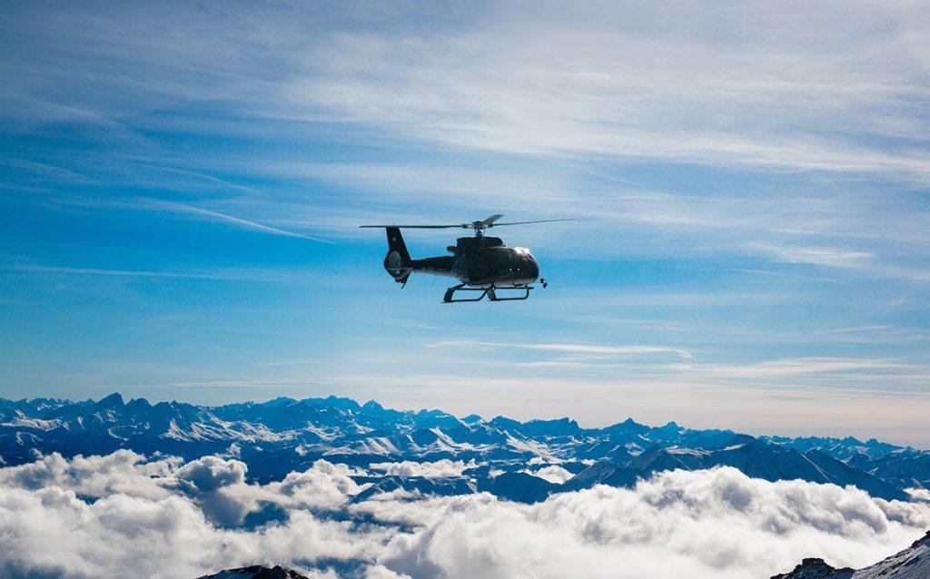 Hauseigener Hubschrauber des Hotel 7132 über den Wolken