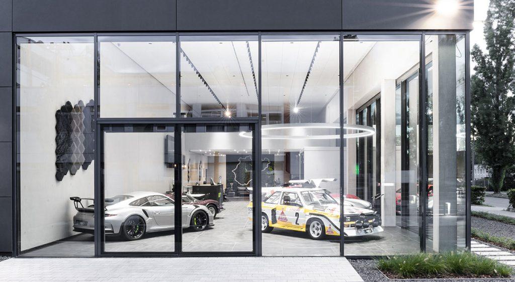 SSR Performance Tuning Werkstatt Schaufenster mit Sportwagen und Oldtimern
