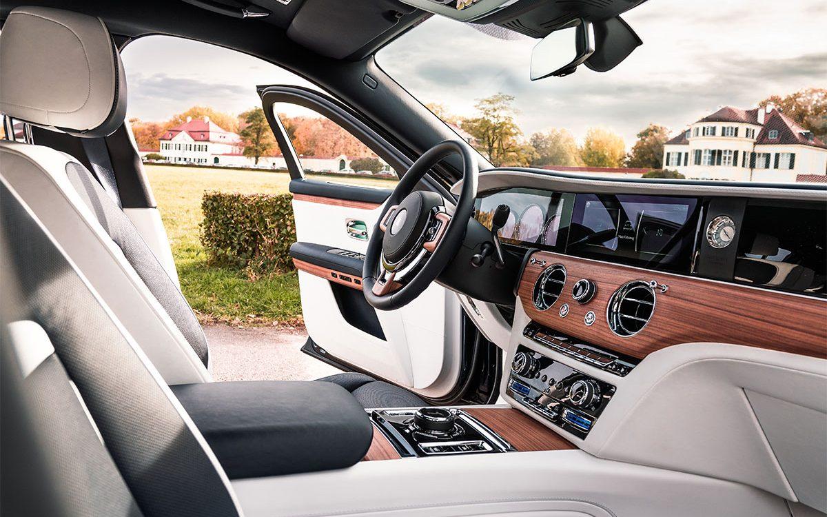 Rolls-Royce Ghost Interieur mit offener Tür in idyllischer Gegend