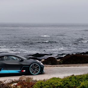 Schwarzblauer Bugatti Divo am Meer