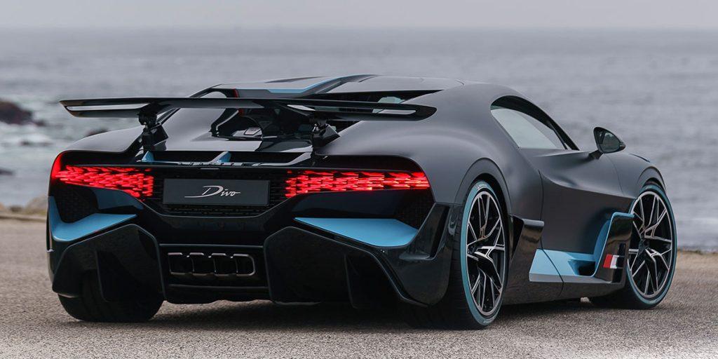 Bugatti Divo Heckansicht. Am STrand.