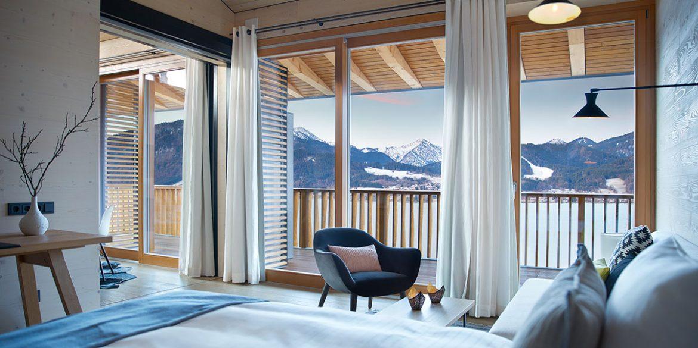 """Hotelzimmer im """"Das Tegernsee"""" mit Ausblick auf See und Berge"""