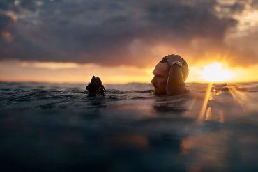 Benedict Cumberbatch mit Tuscheruhr im See bei Sonnenaufgang